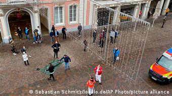 Διασώστες στο σημείο της επίθεσης το απόγευμα της Τρίτης