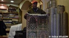 1,12,2020 Kaschmir, Teppichherstellung in Kaschmir, KashmirTeppich ist ein handgeknüpfter teppich aus dem Kashmir-Tal in Indien. Die Teppiche aus Kashmir haben komplizierte Designs, die hauptsächlich orientalischen und floralen Stil haben. // Redaktion: Mahesh Jha
