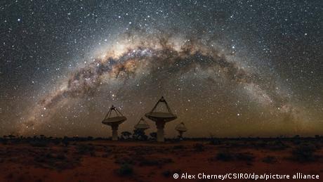 Das australische ASKAP-Radioteleskop-Array im Murchison Radio-Astronomie-Observatorium vor einem spektakulären Nachhimmel mit der ganzen Milchstraße.