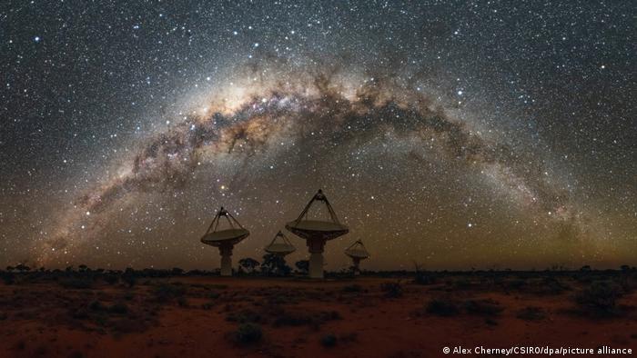La Vía Láctea sobre el conjunto de radiotelescopios ASKAP en el Observatorio Radioastronómico de Murchison.