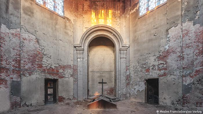 Interior de un crematorio antiguo muy deteriorado.
