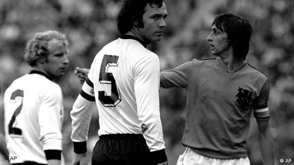 1974 Dünya Futbol Şampiyonası finalinden bir kare. Soldan sağa: Berti Vogts, Franz Beckenbauer ve Johann Cruyff