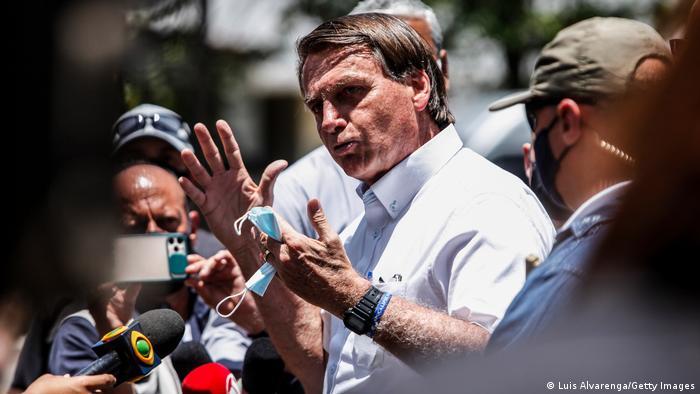 Jair Bolsonaro fala com apoiadores