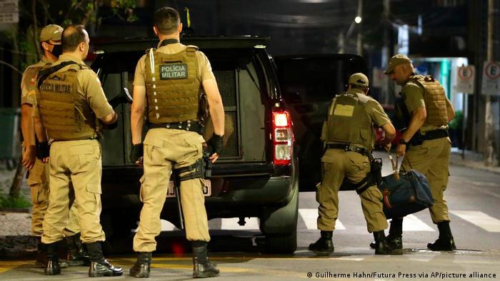 Policiais em local onde ocorreu assalto a banco em Criciúma