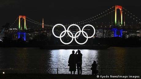Olimpijski krugovi ponovo svetle iznad zaliva u Tokiju. Zbog pandemije korone i odlaganja Olimpijskih igara, oni su u avgustu bili uklonjeni. Očekuje se da će Olimpijada u glavnom gradu Japana biti održana sledeće godine.