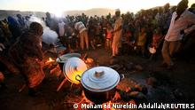 Ethiopian refugees fleeing from the ongoing fighting in Tigray region, wait for food at the Um-Rakoba camp, on the Sudan-Ethiopia border, in the Al-Qadarif state, Sudan November 23, 2020. Picture taken November 23, 2020. REUTERS/Mohamed Nureldin Abdallah TPX IMAGES OF THE DAY