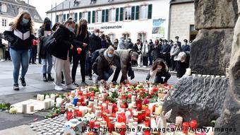 Κάτοικοι της πόλης Τρίερ ανάβουν από ένα κερί στη μνήμη των θυμάτων