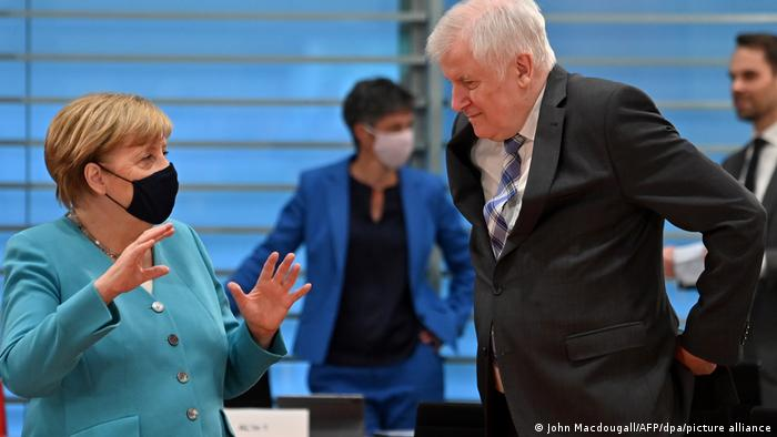 Bundesinnenminister Horst Seehofer im Gespräch mit Kanzlerin Angela Merkel