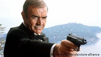 Sean Connery alias James Bond mit vorgehaltener Waffe in James Bond 007 - Sag niemals nie
