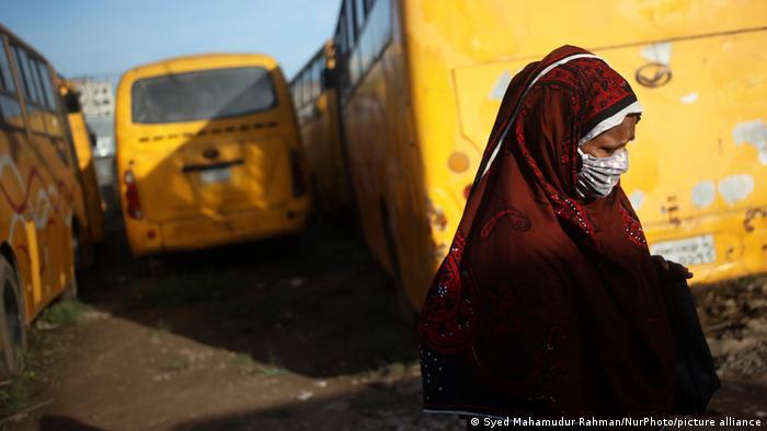 Indien Bangladesch Corona Pandemie Frau mit Maske