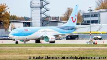Ein TUI-Flugzeug steht auf dem Flughafen Hannover