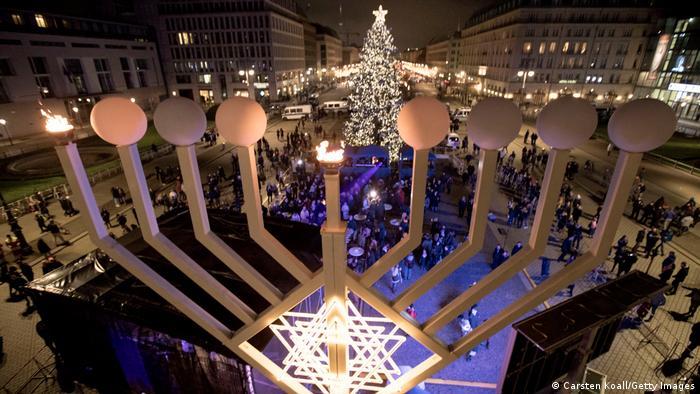 Menorá gigante frente a la Puerta de Brandeburgo.