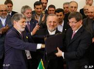 داوداوغلو در کنار وزیران خارجه ایران و برزیل پس از امضای توافقنامه مبادله اورانیوم