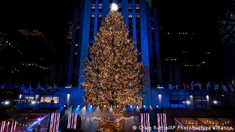 Božićno drvo visoko 75 metara ispred Rokfeler-centra osvetljeno je s više od 50.000 lampica. Ove godine ta ceremonija u Njujorku trajala je kraće nego obično – zbog pandemije korone, prisutni su bili sa maskama i na propisanoj fizičkoj distanci.