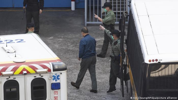 Strafvollzugsbeamte weisen Jimmy Lai den schweren Weg ins Gefängnis