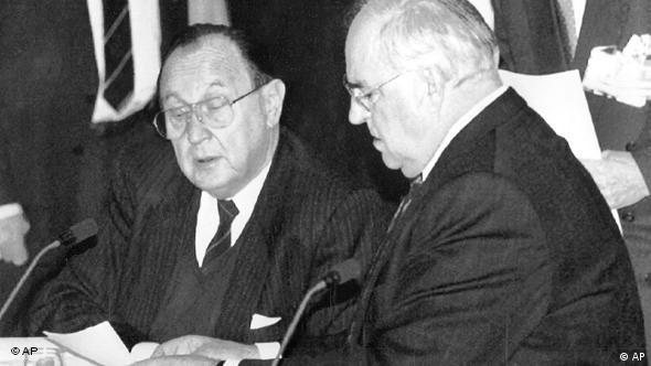 Hans-Dietrich Genscher mit Kanzler Helmut Kohl 1991 in Maastricht (Foto: AP)