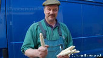 Landwirt Peter Geng mit Spargel (Foto: Günther Birkenstock/ DW)