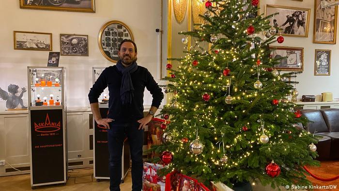 Andrea Müller von der Uhrenmanufaktur Askania in einem Ladengeschäft in den Hackeschen Höfen, mit einem geschmückten Weihnachtsbaum