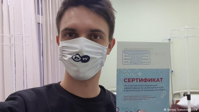 Корреспондент DW Сергей Сатановский после первой прививки от коронавируса