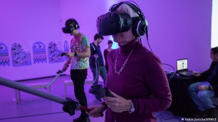 Menschen mit 3D Brillen beim Games-Festival Next Level im NRW-Forum