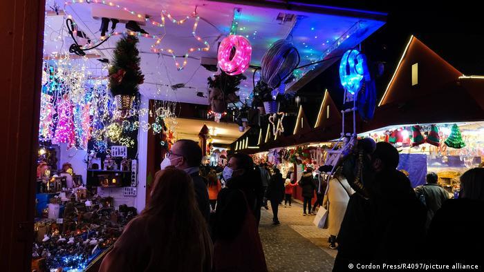 Gasse mit Menschen zwischen weihnachtlichen Verkaufsbuden, Madrid, Spanien