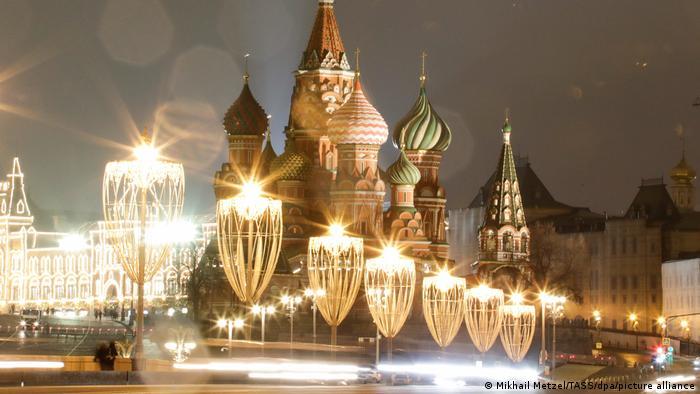 festlich illuminierte Basilius Kathedrale mit ihren typischen Zwiebeltürmchen, Moskau, Russland