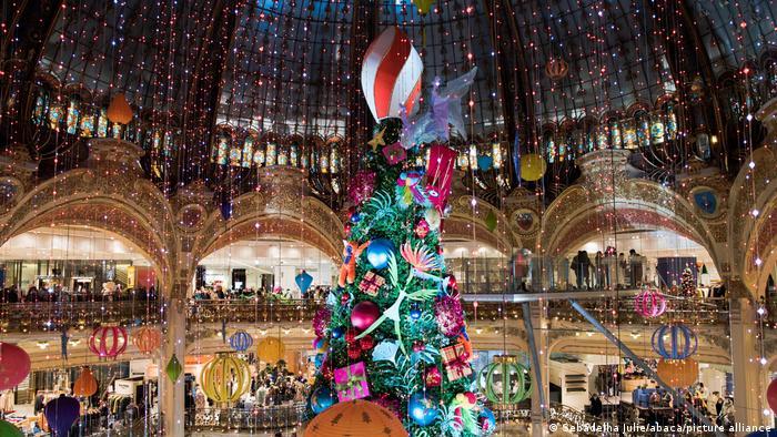 Riesige Weihnachtstanne im Kaufhaus, Paris, Frankreich