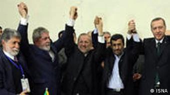 اردوغان، احمدینژاد و داسیلوا پس از امضای توافقنامهی مبادلات بازرگانی در سال ۲۰۱۰ در تهران