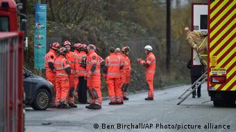 Socorristas y bomberos trabajando durante la explosión en una depuradora de aguas en Avonmouth, Inglaterra.