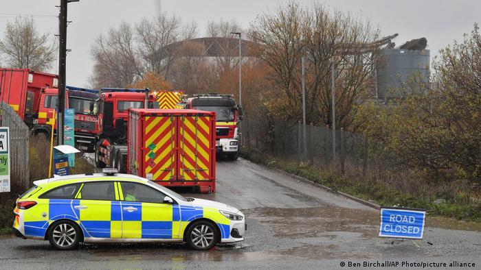 La Policía acude al lugar de la explosión, en una depuradora de aguas de Avonmouth, cerca de Bristol, Inglaterra.
