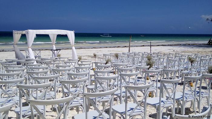 Chaises blanches vides alignées sur une plage