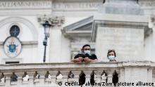 Menschen mit Mund-Nasen-Schutz stehen an einem Zaun. Angesichts landesweit steigender Zahlen von Corona-Neuinfektion führen die italienische Region Latium samt der Hauptstadt eine Maskenpflicht im Freien ein. Die Vorsichtsmaßnahme tritt einem entsprechendem Dekret zufolge am Samstag, den 03.10.2020, inKraft.