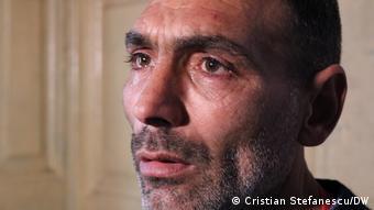 Ο Στέφε μιλά για την απελπιστική ζωή της οικογένειάς του στην DW