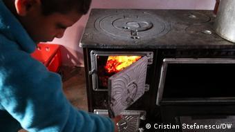Το 45% των Ρουμάνων χρησιμοποιεί κούτσουρα και ξερά καλαμπόκια για θέρμανση