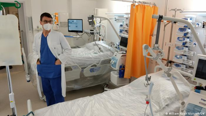 Thomas König looking at empty ICU beds