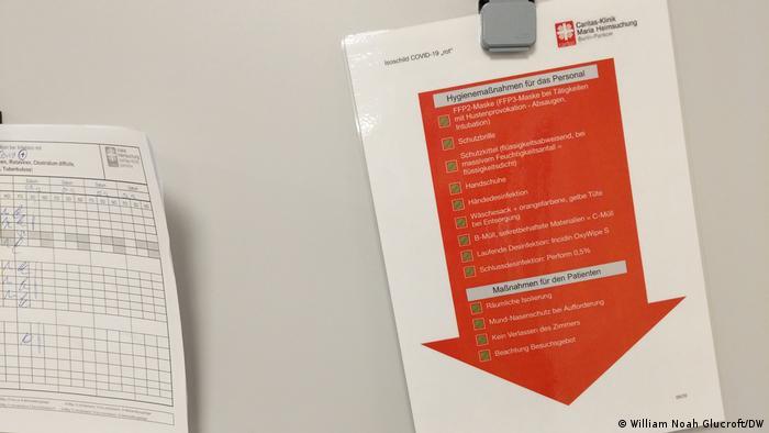 Liste de contrôle en allemand sur une flèche rouge