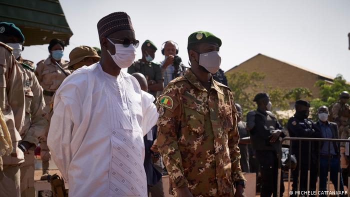 Mali Bamako | Premierminister Moctar Ouane (L) und Vizepräsident Assimi Goita