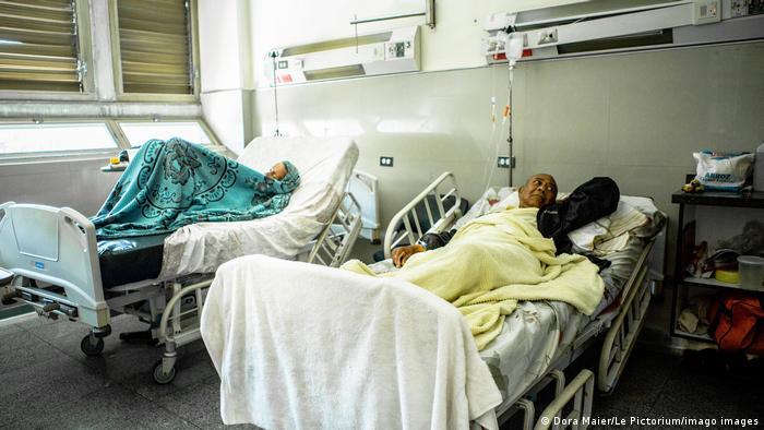 Pacientes em macas em hospital de Caracas