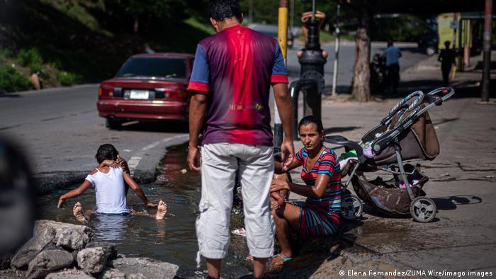 En la parroquia Santa Rosa, en la ciudad de Valencia, el suministro de agua ha colapsado de forma tal que hasta la gente se baña y lava su ropa y otras cosas en charcos al costado de la carretera. Ya no hay agua potable.