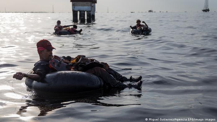 Los venezolanos nadan en petróleo, pero no de buena manera: en el lago de Maracaibo, los pescadores arrojan sus redes desde neumáticos viejos, a pesar de que el agua está contaminada con petróleo. Las costas también están afectadas. Debido a fugas en oleoductos y una avería en una refinería cerca de Puerto Cabello, en el noroeste del país, unos 20.000 barriles de crudo se derramaron al mar.