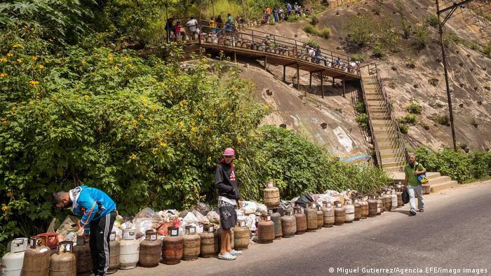 Venezuelanos fazem fila com botijões de gás