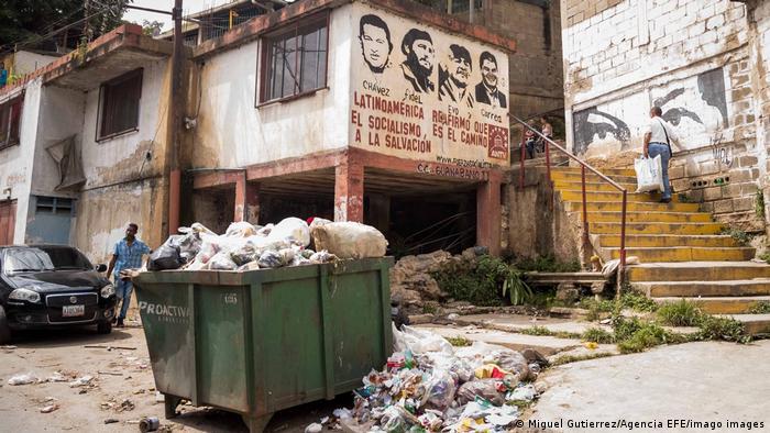 Los rostros de Hugo Chávez, Fidel Castro, Evo Morales y Rafael Correa miran desde la pared de una casa en Caracas hacia un basurero desbordado. Muchos venezolanos veneraron como santos a los líderes socialistas de Venezuela, Cuba, Bolivia y Ecuador. En Venezuela, el socialismo del siglo XXI no ha cumplido su promesa de prosperidad para todos.