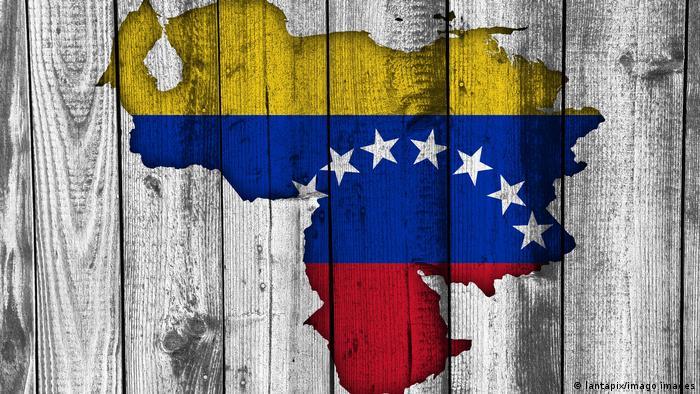 Foto del mapa y la bandera de Venezuela dibujadas sobre madera