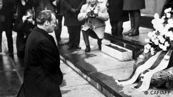 Kanclerz Willy Brandt przed Pomnikiem Bohaterów Getta