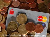 Einer Kreditkarte liegt in einem Haufen von Cent-Münzen (Foto: dpa)