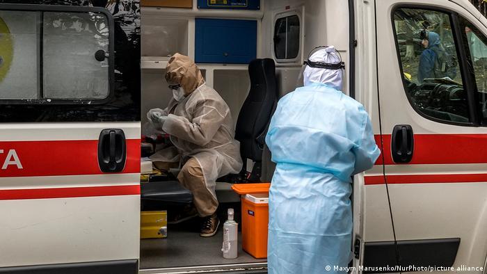 Машина швидкої допомоги в Києві, медична бригада в захисних костюмах