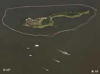 Barrieren im Wasser rund um eine Insel (Foto: AP)
