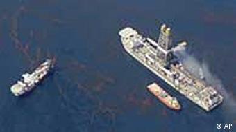 Das Öl wird auf ein Schiff gepumpt, Gas wird abgefackelt (Foto: AP)