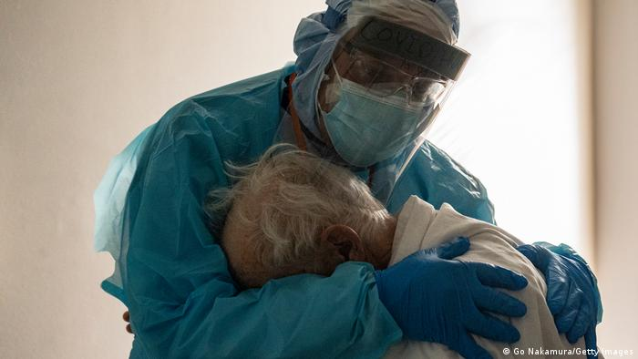 El abrazo del Dr. Joseph Varon a un paciente con COVID-19 en Houston, Texas, en Thanksgiving.
