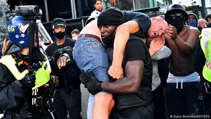 Patrick Hutchinso trata de rescatar a un hombre herido en Londres, durante una manifestación de Black Lives Matter.